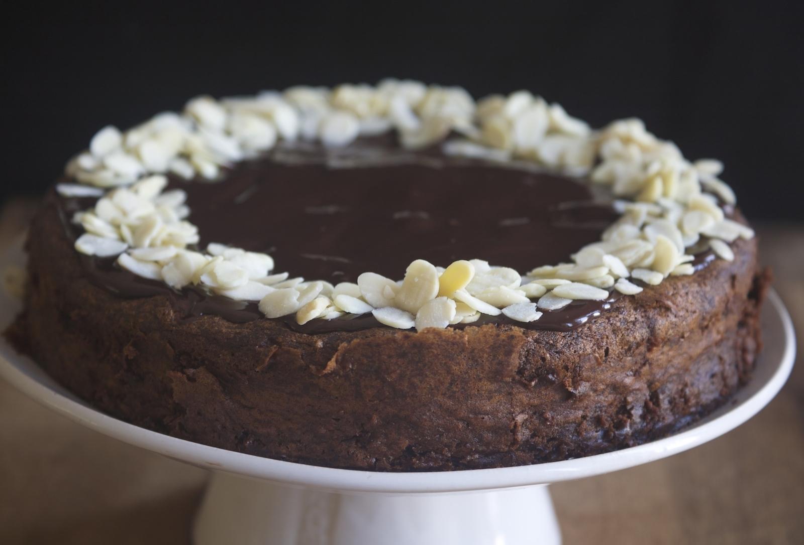 עוגת שוקולד שקדים ודבש ללא קמח - נשואה למאפייה קרן אגם