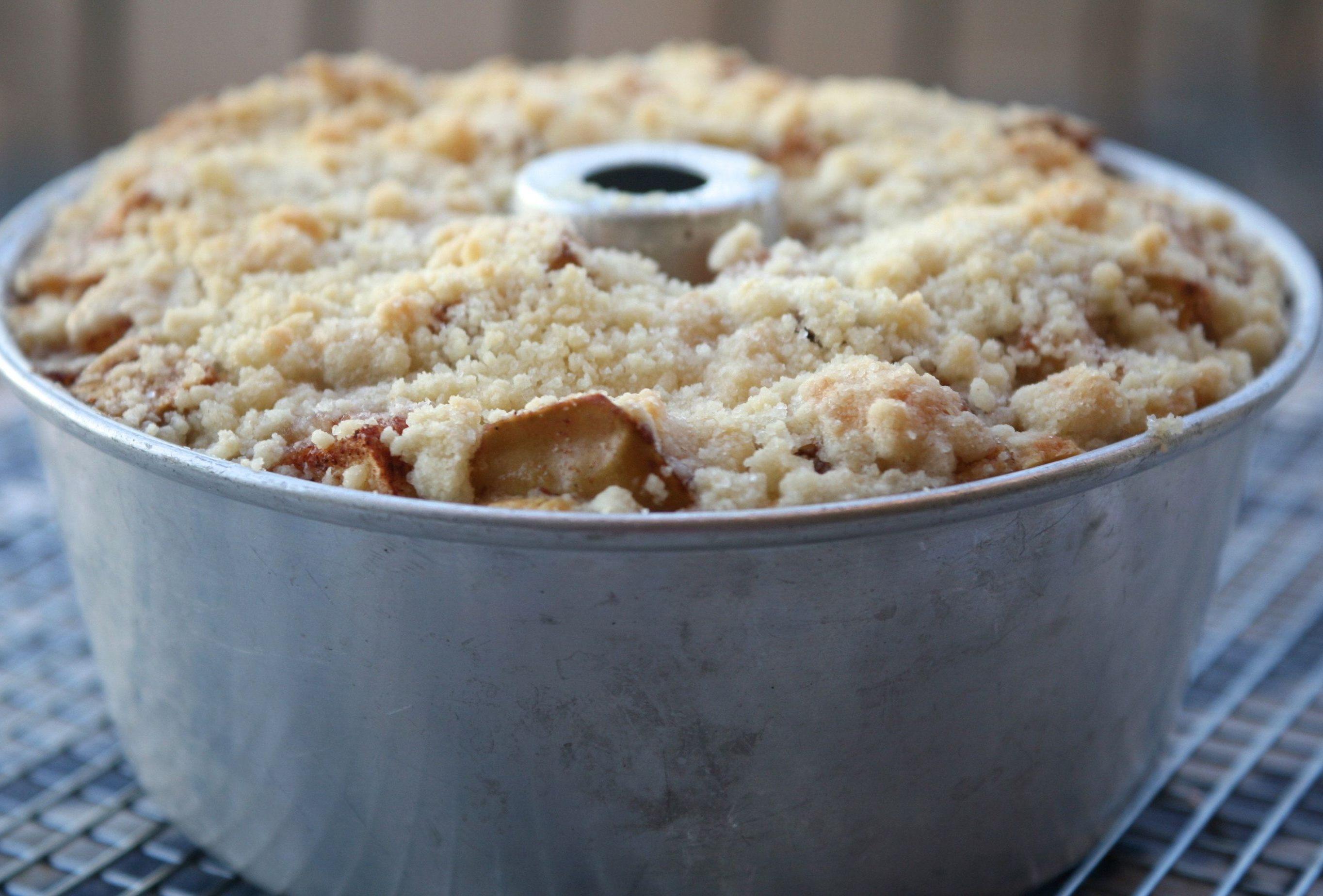עוגת תפוחים עם פירורים קרן אגם נשואה למאפייה