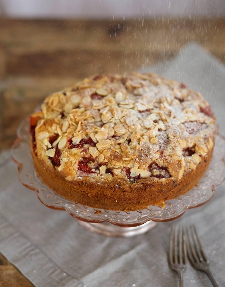 עוגת תותים בחושה עם אבקת סוכר קרן אגם נשואה למאפייה