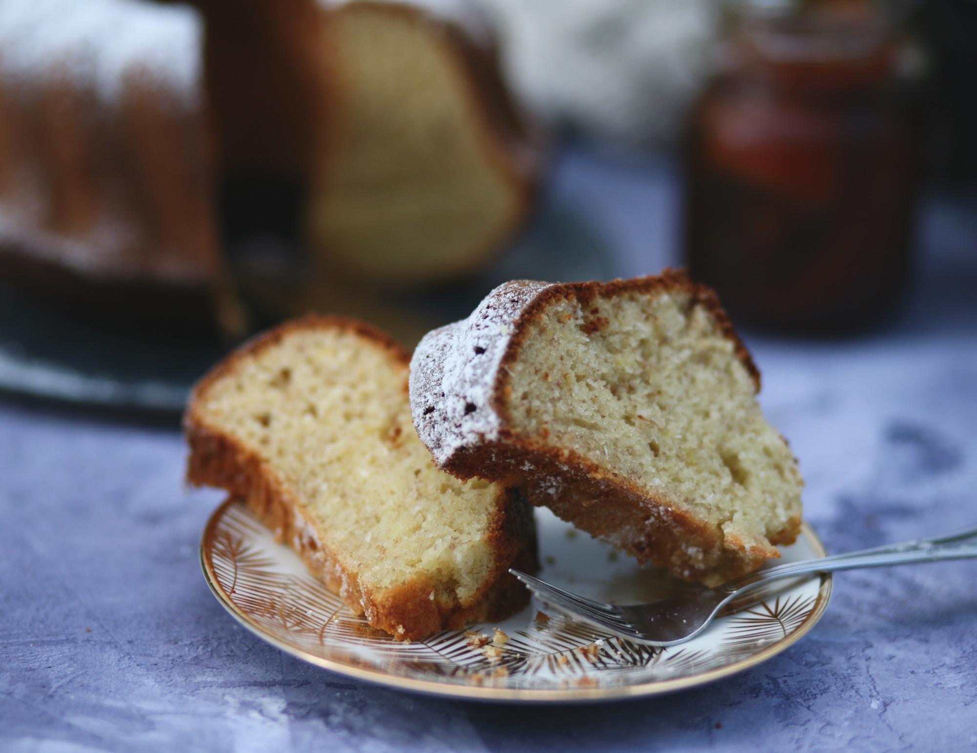 פרוסת עוגת בננות וקוקוס