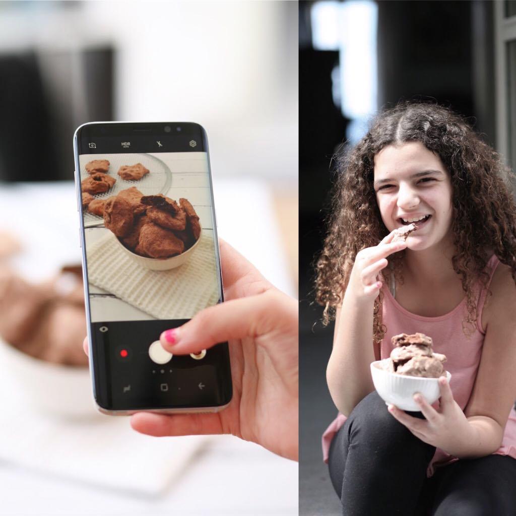 ילדה אוכלת אייפון מצלמת עוגיות