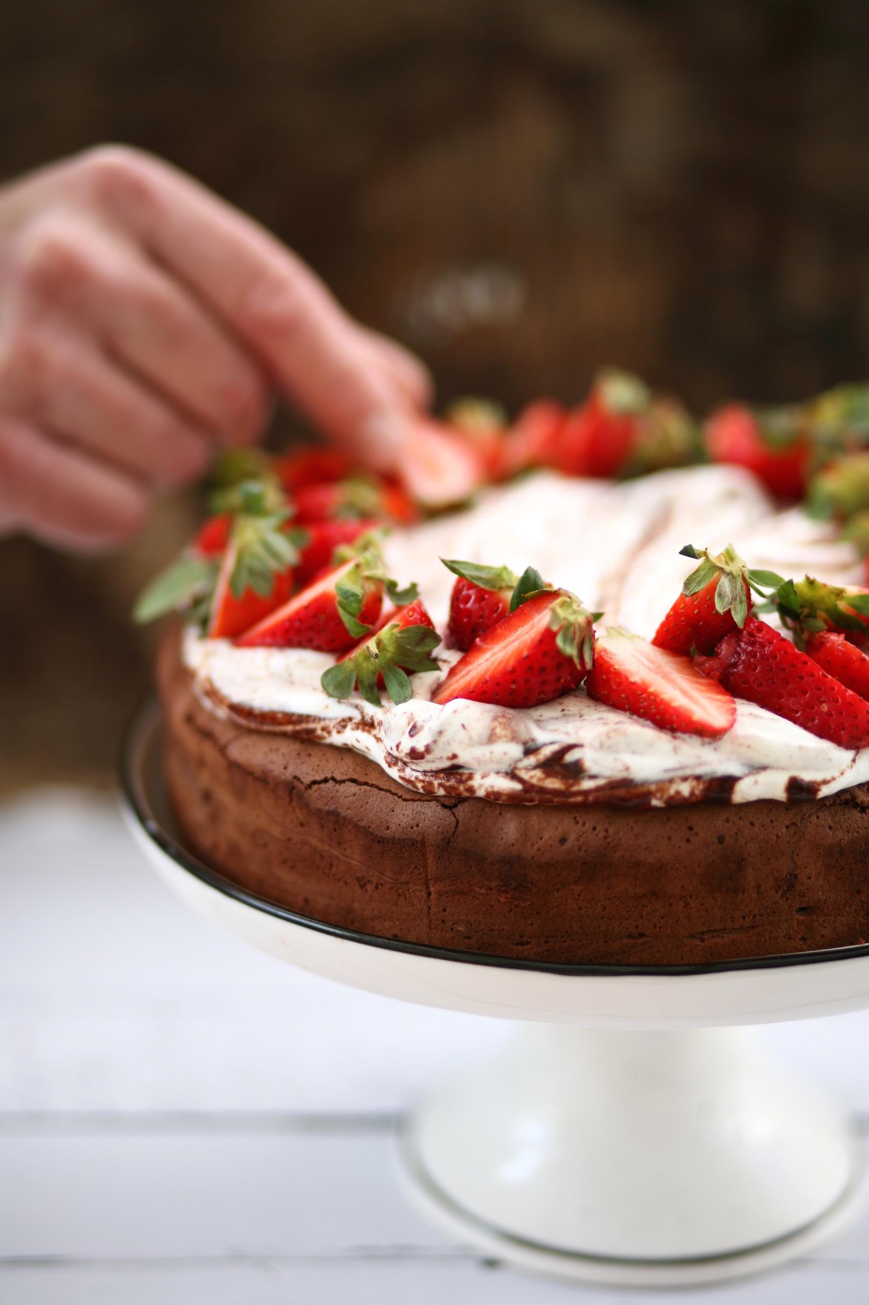 עוגת שוקולד ללא קמח לפסח עם תותים וקצפת